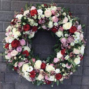Blumenkranz mit weißen, roten und rosa Blumen